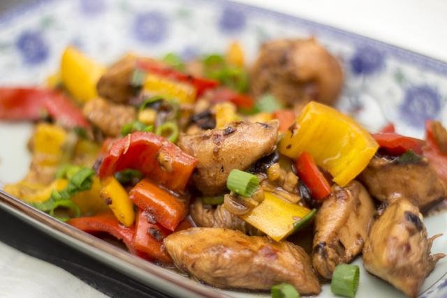 Dou Chi Ji Ding - Hähnchen mit schwarzen Bohnen und Paprika