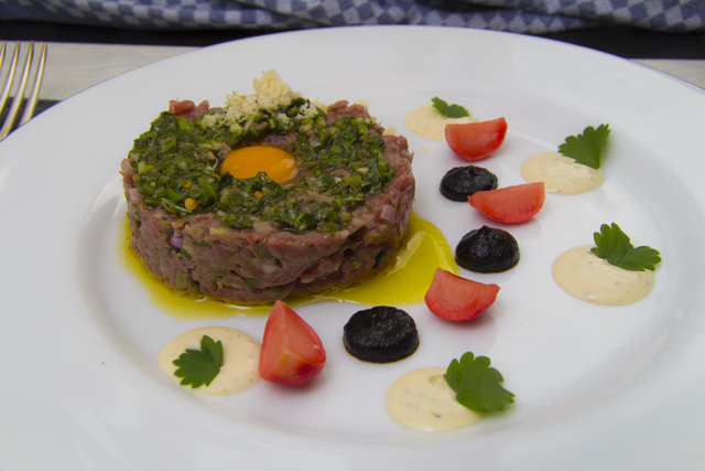 Beef Tartare mit marinierten Radieschen und Pommery-Mayonnaise