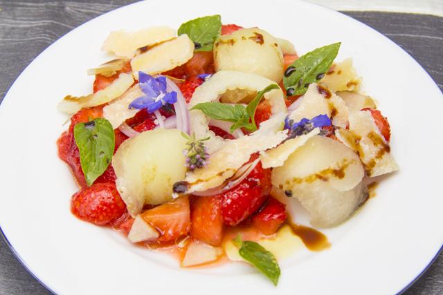 Salat von Erdbeeren, Käse und Basilikum