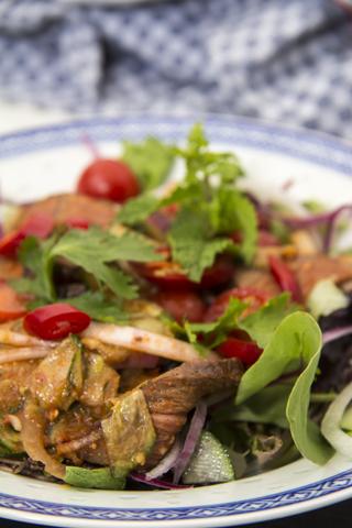 Yam Nuea Yang - erfrischender Salat mit gegrilltem Rindfleisch