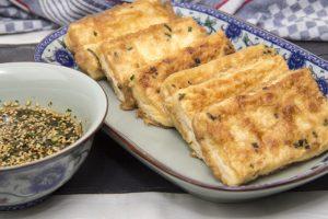 [chinesisch] Tofu in Eihülle mit würzigem Sesam-Dip