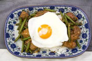 [thailändisch] Gebratenes Schweinefleisch mit Basilikum, Reis und Spiegelei