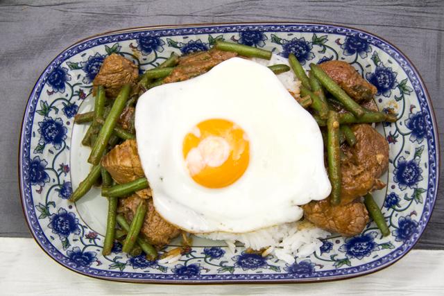 Gebratenes Schweinefleisch mit Basilikum, Reis und Spiegelei