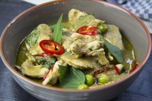[thailändisch] Gaeng Kiew Wan Gai – grünes Hähnchencurry mit Kokosmilch und Auberginen