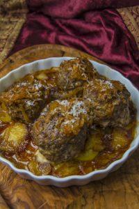 [griechisch] Tavas me keftedes ke kremidia – Fleischbällchen mit würzigen Kartoffeln aus dem Ofen