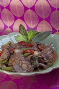 [thailändisch] Nuea Pad Kaprau – schnelles Wokgericht mit Rindfleisch und Thai-Basilikum