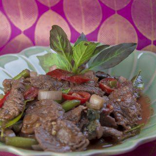 [thailändisch] Nuea Pad Kaprau - schnelles Wokgericht mit Rindfleisch und Thai-Basilikum
