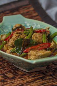 [thailändisch] Pad Prig Dang Gai – schnelles Wokgericht mit Hähnchen, Bohnen und rotem Curry