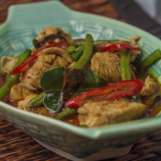 [thailändisch] Pad Prig Dang Gai - schnelles Wokgericht mit Hähnchen, Bohnen und rotem Curry