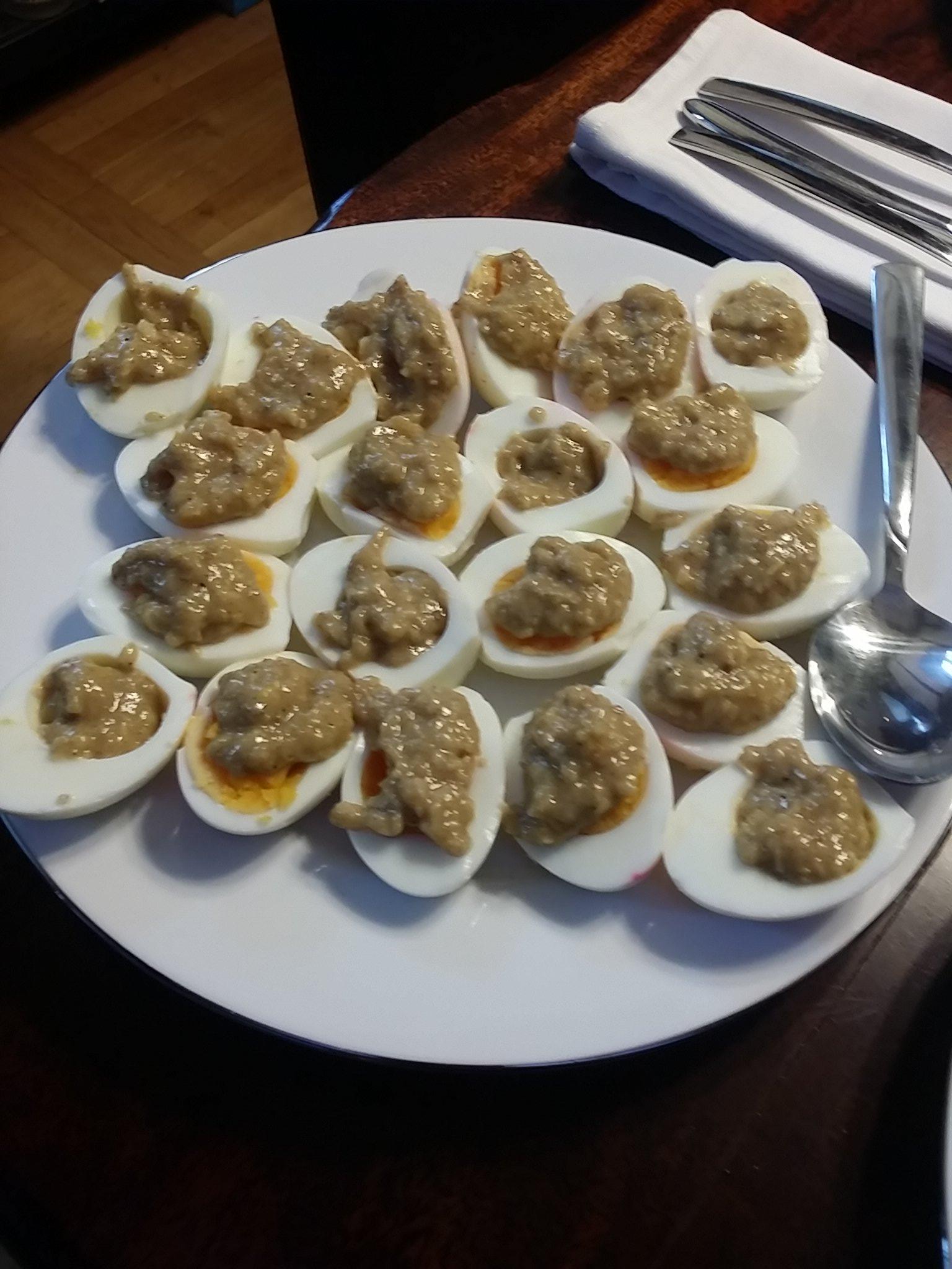 Eier mit Pinienkernsauce