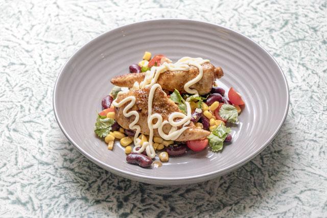 Bohnen-Mais-Salat mit crazy Dressing und gegrillten Hähnchenbruststreifen und japanischer Mayonnaise