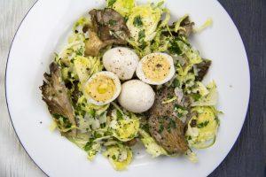 Rosenkohlsalat mit Austernpilzen und Wachteleiern nach Yotam Ottolenghi