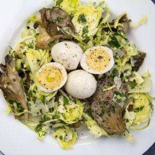 Rosenkohlsalat mit Austernpilzen und Wachteleiern