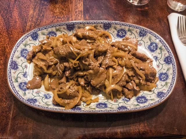 Rindfleisch mit Zwiebeln auf chinesische Art