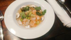 Sauer-scharfe Suppe mit Garnelen und Glasnudeln, schnell auf dem Tisch, schön leicht und wärmend