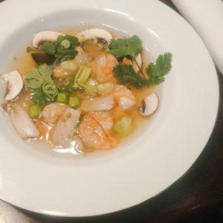 Sauer-scharfe Suppe mit Garnelen und Glasnudeln