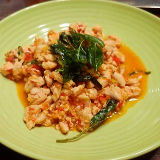 Pad Kaprau Gai - thailändisches, schnelles Stir-Fry mit Hähnchenfleisch und Thaibasilikum