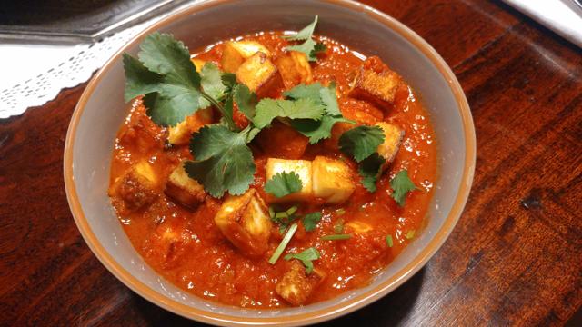 Tamatar Paneer - gebratener indischer Frischkäse in pikantem Tomatencurry, schnell und einfach gemacht