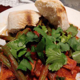 Tofu und grüne Bohnen mit Chraimeh-Sauce
