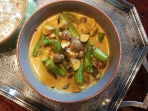 Indisches Spargel-Pilz-Curry mit Kokosmilch, zufällig vegan