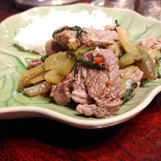 Thailändisches Stir-Fry mit Schweinefleisch und fermentiertem Kohl