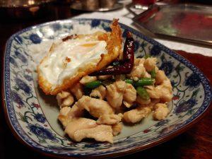 Kai Kaphrao Khai Dao – thailändische Hähnchenpfanne mit Thai-Basilikum und Spiegelei