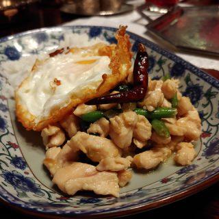 Kai Kaphrao Khai Dao - thailändische Hähnchenpfanne mit Thai-Basilikum und Spiegelei