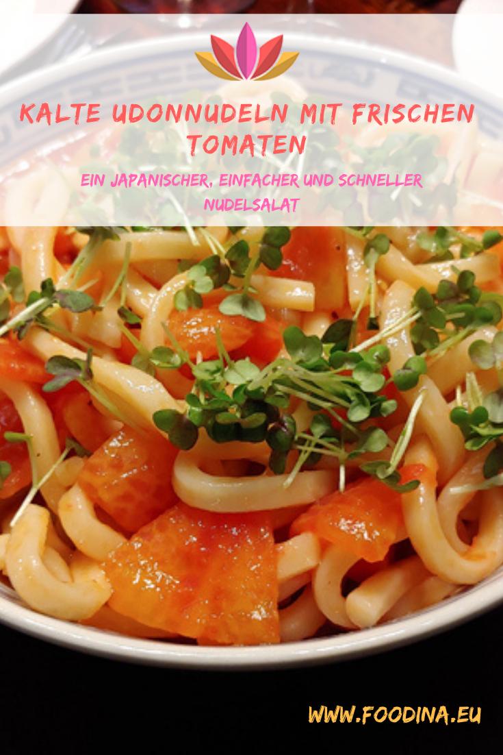 Kalte Udonnudeln mit frischen Tomaten, ein japanischer, einfacher und schneller Nudelsalat